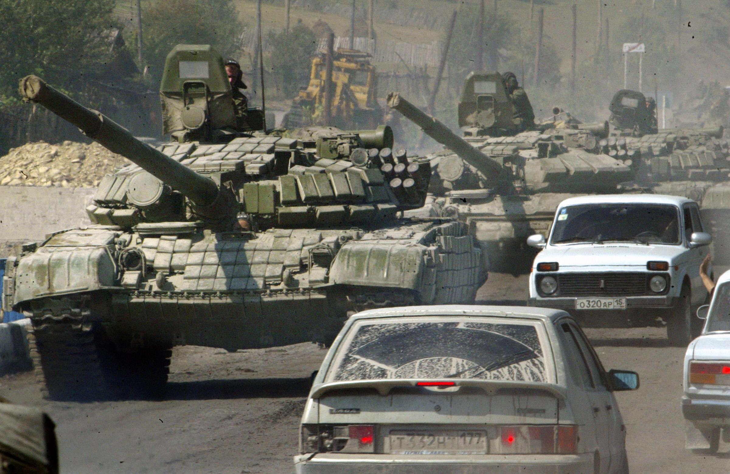 Российские танки на улицах югоосетинского села Джава - марш-бросок на