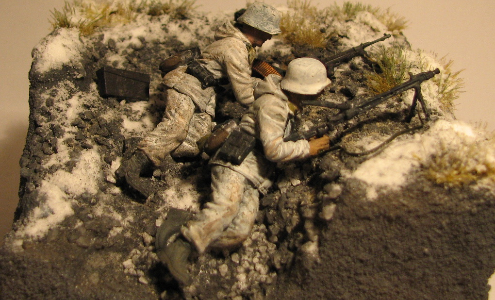 В окопчике в основном останки корпусов от мин, но попался целый корпус